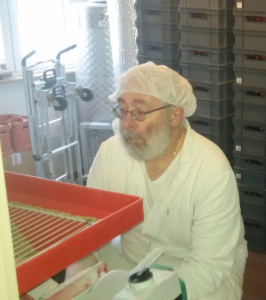 Jean-Marc surveille le fonctionnement de l'aplatisseur dont il vient de changer le moteur.